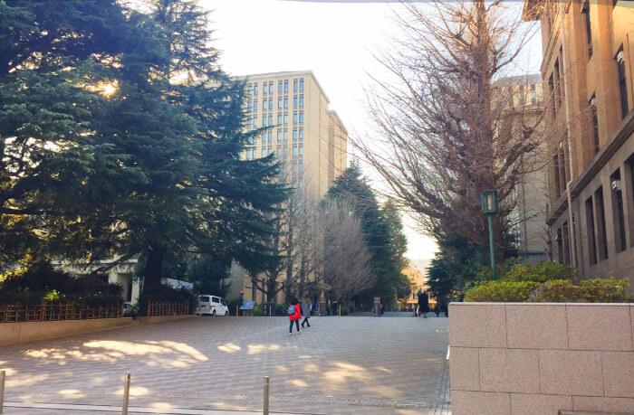 早稲田大学の正門の写真